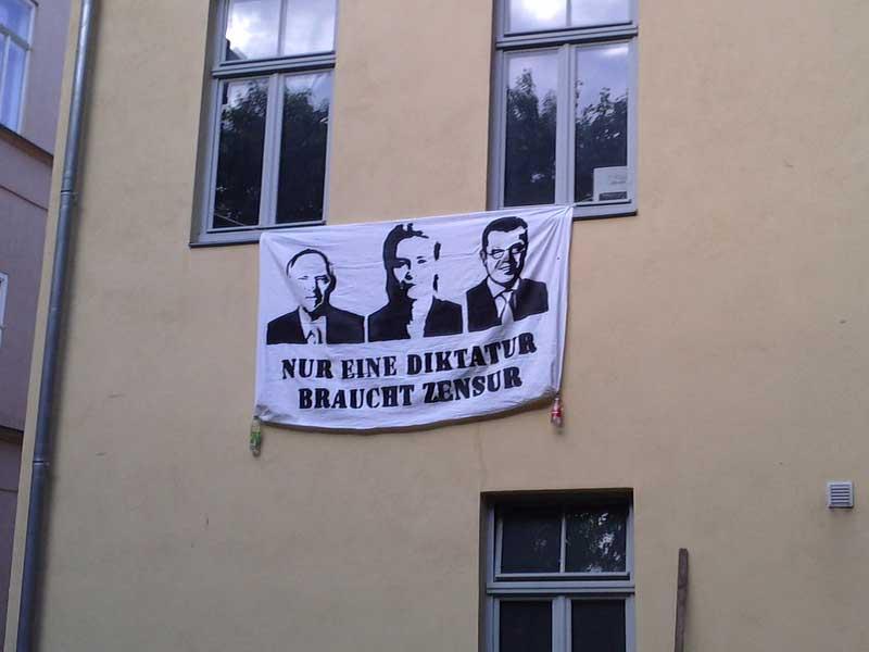 """Transpi hinter der M18 """"Nur eine Diktatur braucht Zensur"""""""